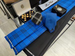 Americana azul eléctrico cuadro negro Scabal
